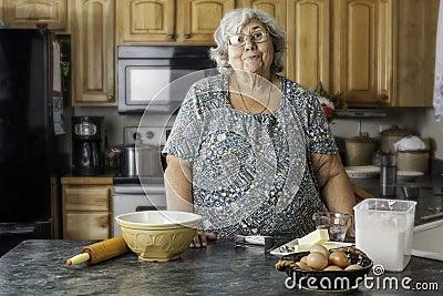 Grand maman dans une cuisine pr parant pour faire cuire au for Maman cuisine x