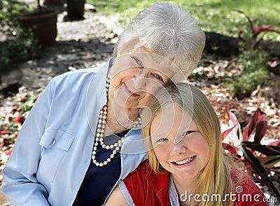 Grand-mère et enfant dans le jardin
