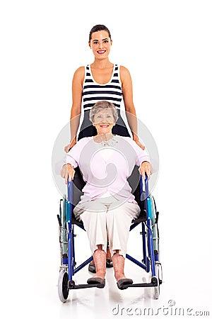Grand-mère handicapée par petite-fille