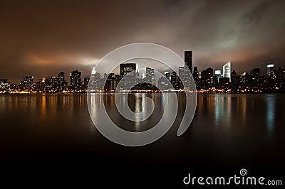 Grandangolare dell orizzonte di New York alla notte