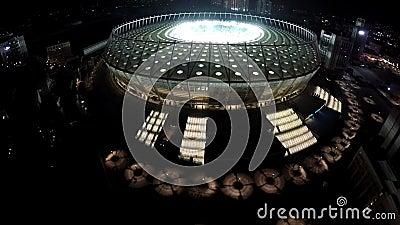 Grande arène lumineuse du football dans la mégalopole, stade de sports professionnels banque de vidéos