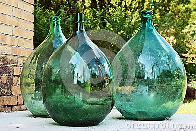 grande bouteille trois en verre verte d coration de jardin photo stock image 42696430. Black Bedroom Furniture Sets. Home Design Ideas