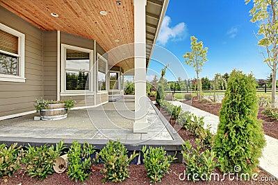 Grande casa di campagna dell 39 azienda agricola con il for Piani casa di campagna con avvolgente portico