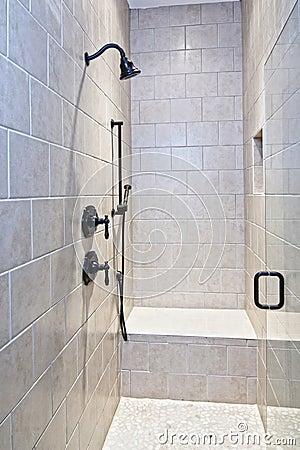 grande douche de tuile et de pierre photo libre de droits image 8062225. Black Bedroom Furniture Sets. Home Design Ideas
