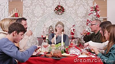 Grande famille appréciant les fêtes de Noël et les verres clinquants de champagne banque de vidéos