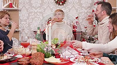 Grande famille faisant un toast et des verres clinquants de champagne banque de vidéos