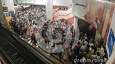 Grande grupo de pessoas se aglomeram para entrar e sair do trem subterrâneo na estação de metrô Victoria Square Piata Victoriei video estoque