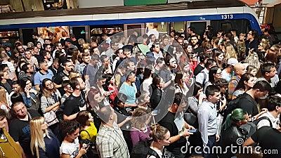 Grande grupo de pessoas se aglomeram para entrar e sair do trem subterrâneo na estação de metrô Victoria Square Piata Victoriei vídeos de arquivo