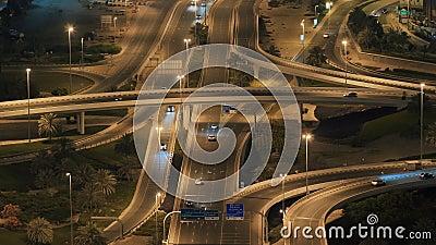 Grande jonction de route à Dubaï la nuit Mode visuel accéléré banque de vidéos