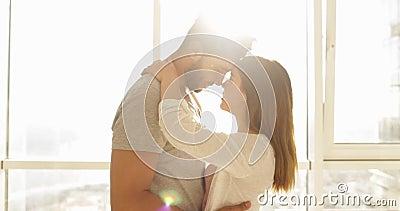 Grande luce solare di mattina della finestra del giovane della corsa mista appartamento delle coppie, uomo ispano felice sveglio  archivi video