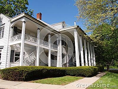Grande maison avec le porche avant avec des fl aux photos for Maison avec porche
