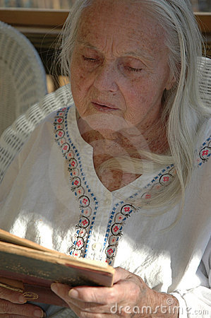 Grande - nonna con il vecchio libro