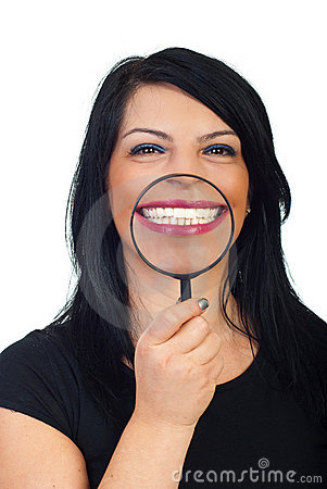 Grande sorriso toothy bianco