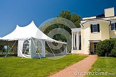 Grande tente blanche de réception