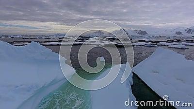 Grandes geleiras contra o contexto de uma praia de pedra na neve Andreev video estoque