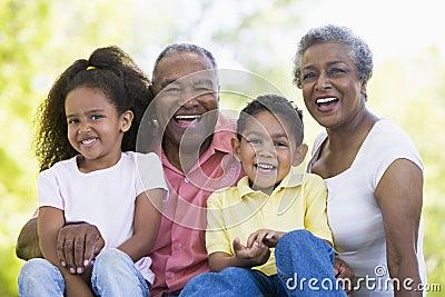 Grandparents que riem com netos