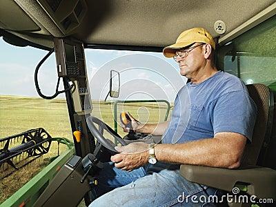 Granjero en cosechadora