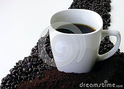 Granos De Café, Café Puesto A Tierra Y Una Taza De Café