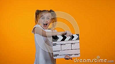 Grappig meisje die vin slaan die beweren filmproducent, toekomstige carrière, droom te zijn stock video