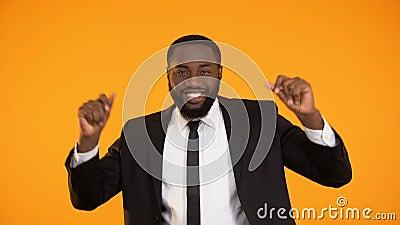 Grappige Afrikaans-Amerikaanse zakenman die, succesvolle overeenkomst, rijke sexy mens dansen stock video