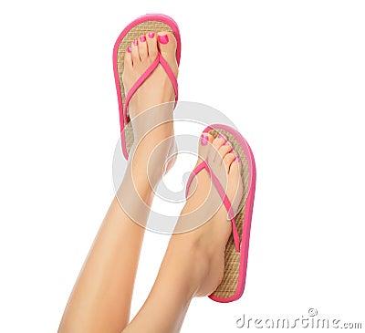 Grappige roze sandals op vrouwelijke voeten