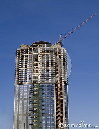 Grúas y construcción de edificios de un rascacielos