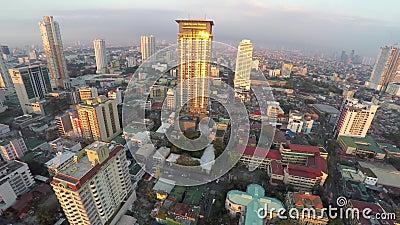 Gratte-ciel-bâtiments à Manille de ci-dessus au coucher du soleil banque de vidéos
