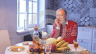 Grau-haariger Mann feiert Weihnachten allein stock video footage