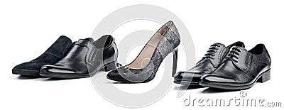 Grauer weiblicher Schuh zwischen schwarzen männlichen Schuhen