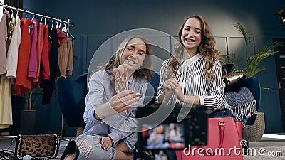 A gravação fêmea do blogger da forma dois compõe tutorial para compartilhar em meios sociais no vlog vídeos de arquivo