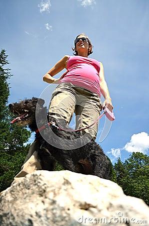 Gravid woam på en gå med hennes hund
