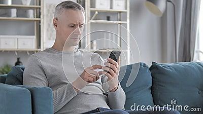 Gray Hair Man Browsing die op Smartphone, Internet gebruiken stock footage