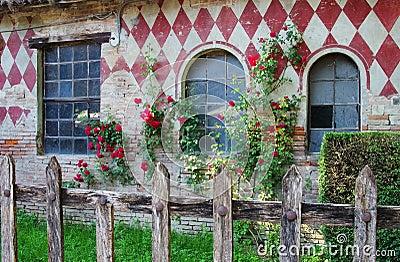 Staket staket rosor : Grazzano Visconti Staket Och Rosor Arkivfoto - Bild: 41623662