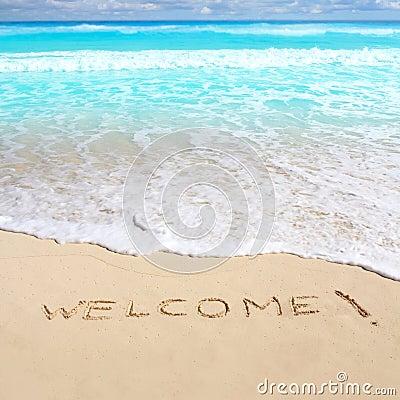 Grüße begrüßen den Strandbann, der auf Sand geschrieben wird