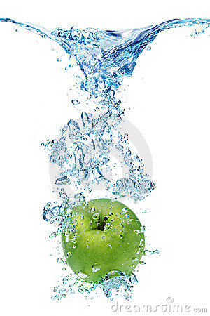 Free Green Apple In Water Royalty Free Stock Image - 7935346