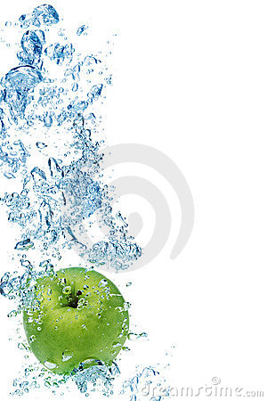 Free Green Apple In Water Royalty Free Stock Image - 7949986