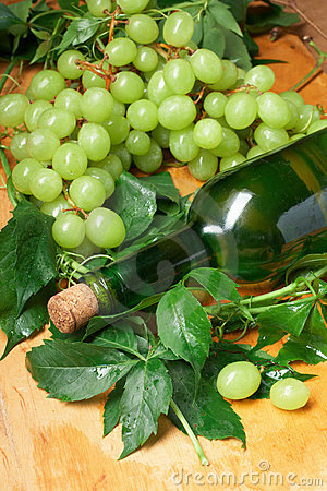 Free Green Grape With Leaves Royalty Free Stock Images - 10339939