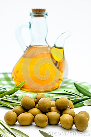 Free Green Olives And Olive Oil Royalty Free Stock Images - 26977299