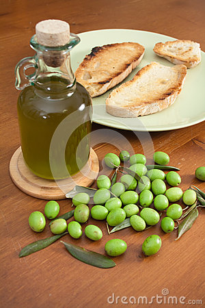 Green olives, oil and bread