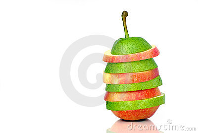 Green pear and red apple slices