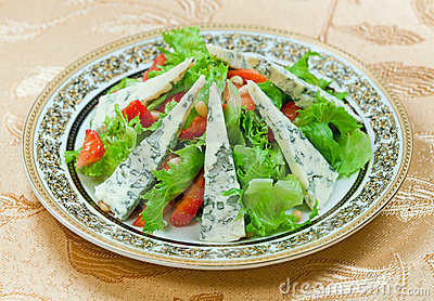 Green salad with gorgonzolla and strawberry