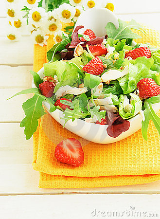 Free Green Salad With Strawberry And Chicken Stock Images - 20595534