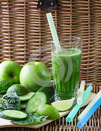 Free Green Smoothie Of Spinach, Apple, Cucumber And Lime Royalty Free Stock Images - 54241629