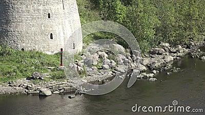 Grenspost van de Russische Federatie op de rivierbank bij vesting Ivangorod stock video