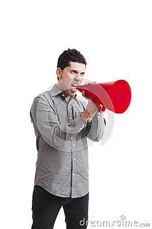 Gridando in un megafono