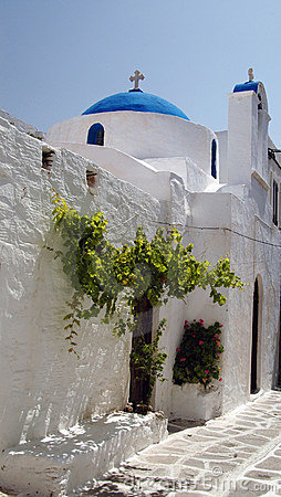 Griechische Kirche mit grünem Baum