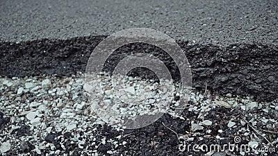 Grieta grande en la superficie de la carretera Transición del plan de la macro al medio metrajes