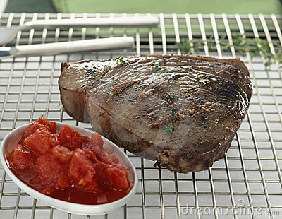 Grilled tuna with tomatoes and anchovies