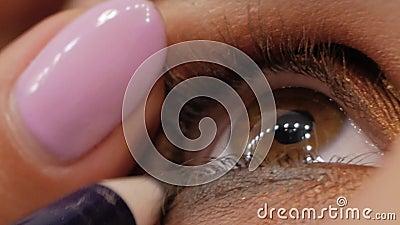 Grimeur die eyeliner toepassen stock footage