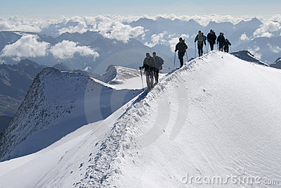 Grimpeurs dans les montagnes